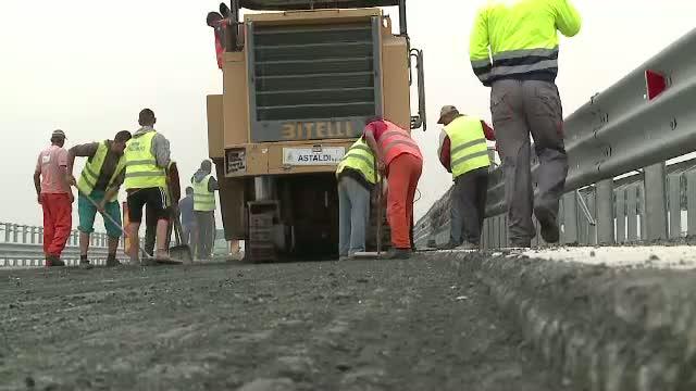 S-a surpat asfaltul pe autostrada Arad - Timisoara la nici un an de cand a fost data in folosinta