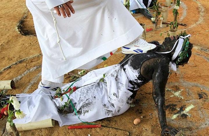 FOTO. Ritual barbar de exorcizare, folosit pentru vindecarea bolnavilor din Columbia