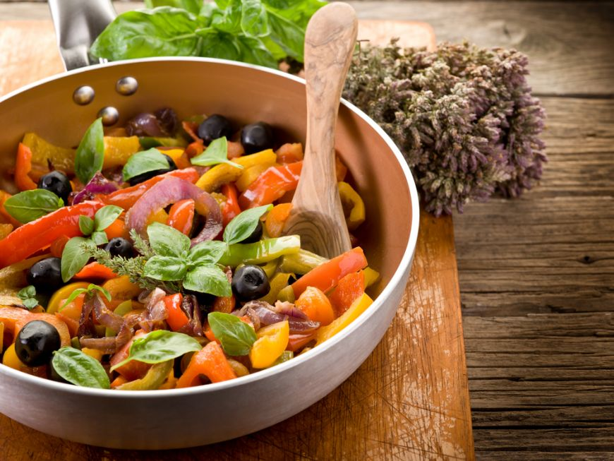 INS: Doar 8% dintre români mănâncă sănătos și numai 11% fac sport. Femeile trăiesc cu 7 ani mai mult decât bărbații