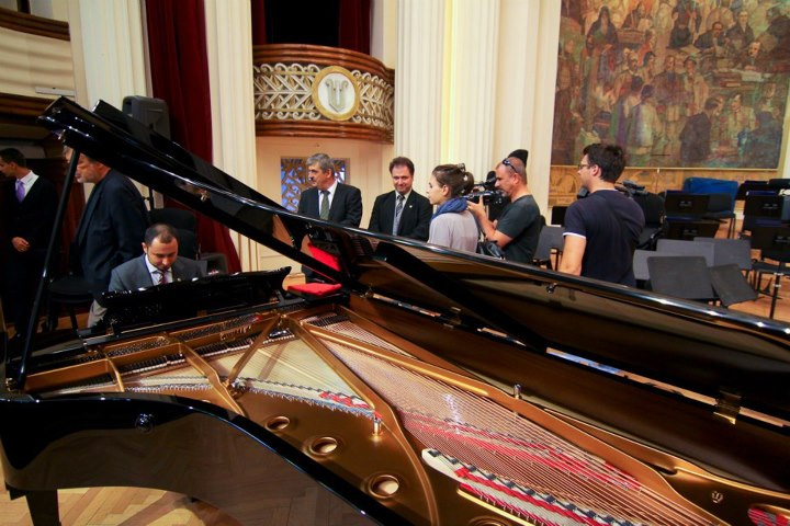 Filarmonica de Stat Transilvania si-a achizitionat un pian de 600.000 de lei