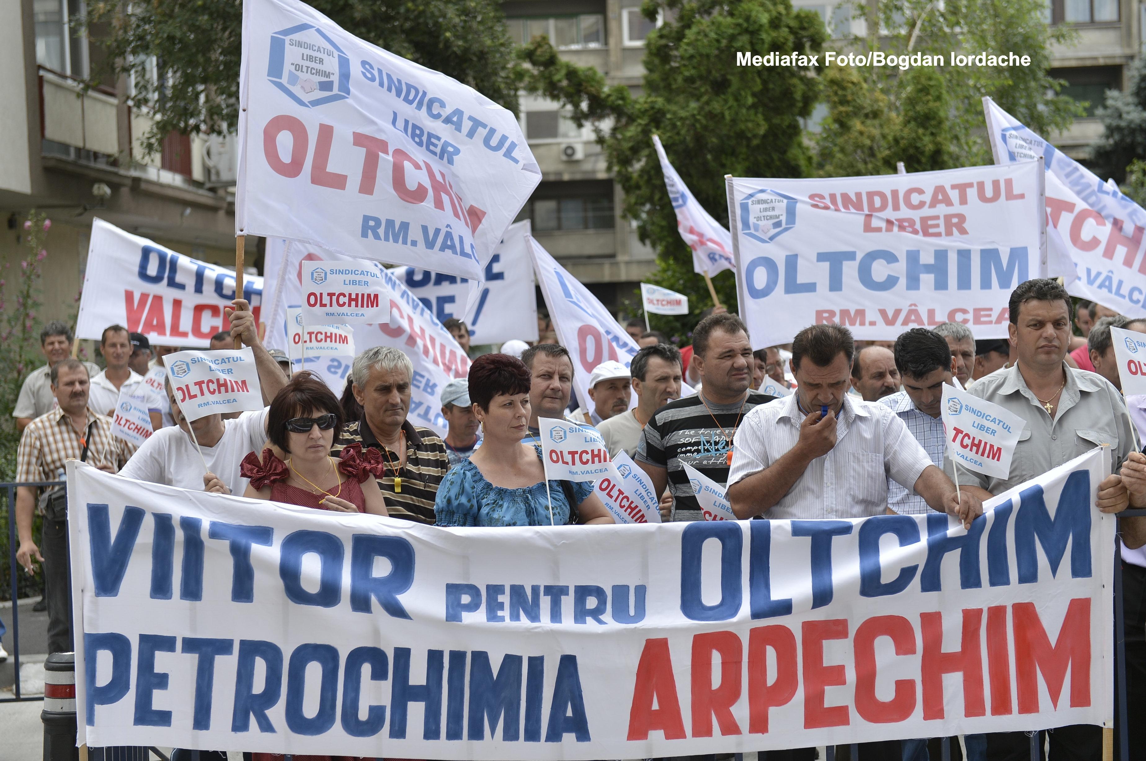 Angajatii combinatului Oltchim Ramnicu Valcea au reluat protestele,