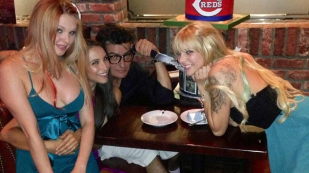 Charlie Sheen si-a petrecut ziua de nastere alaturi de 3 vedete din filmele pentru adulti