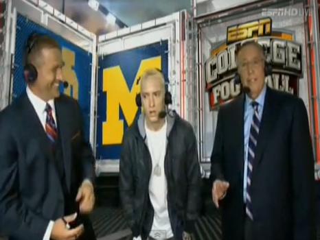 VIDEO. 20 de secunde in care fanii s-au intrebat ce e in neregula cu el. Ce a facut Eminem in direct