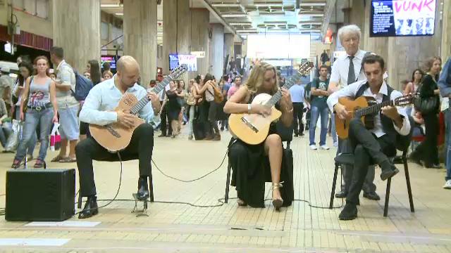 Concert inedit la statia de metro Unirea, din Capitala. Trio Zamfirescu a facut spectacol