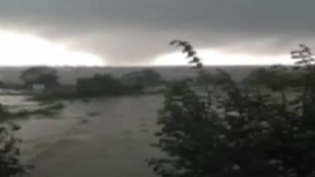 Sat din Tulcea, maturat de o tornada. Acoperisurile caselor au fost aruncate zeci de metri prin aer