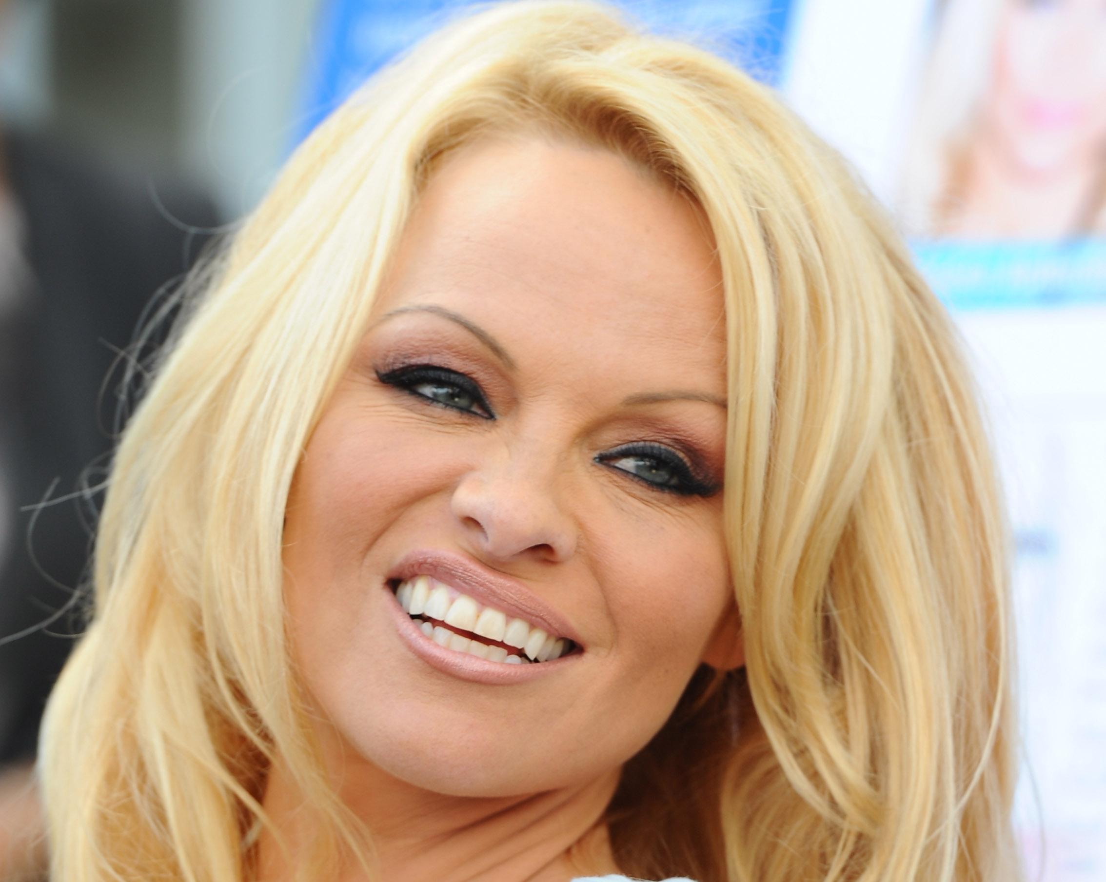 Pamela Anderson s-a impacat cu Rick Salomon si renunta la divort