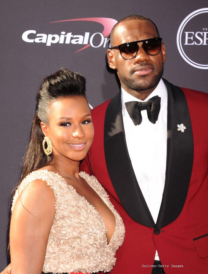 Baschetbalistul LeBron James s-a casatorit cu Savannah Brinson. Cei doi sunt impreuna din liceu