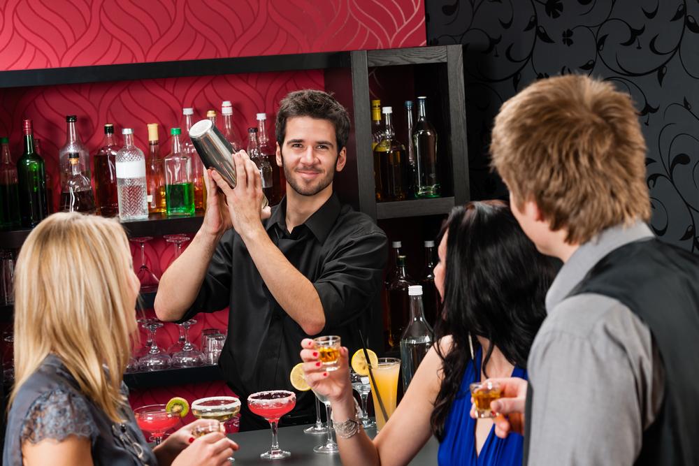 O tanara a fost data afara dintr-un bar pentru ca este