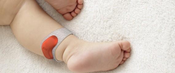 Bratara electronica ce ii anunta prin mesaje pe parinti daca bebelusul lor a adormit
