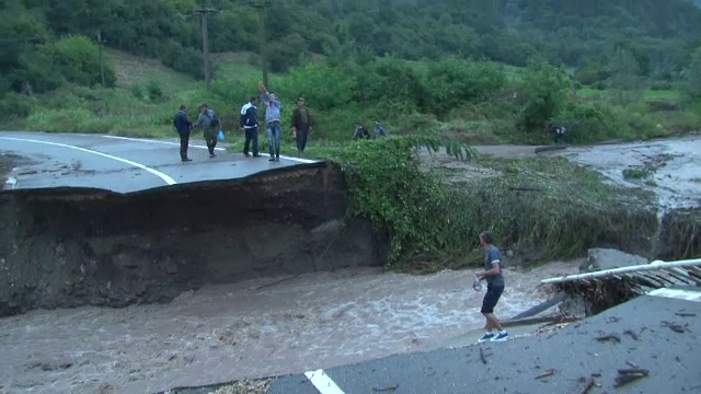 Dezastru in urma ploilor, in Mehedinti. Circulatia intre doua localitati, intrerupta, dupa ce un pod a fost luat de ape