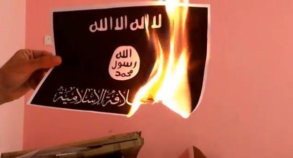 VIDEO Activistii libanezi ard steagul Statului Islamic, dupa modelul