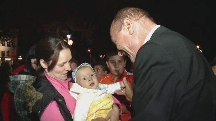 Traian Basescu a vizitat Sannicolau Mare, de zilele orasului. Cadoul surpriza pe care i l-a facut sotiei sale