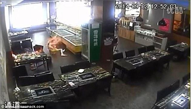 Momentul in care o studenta este cuprinsa de flacari intr-un restaurant, dupa ce chelnerita a turnat gaz pe o plita incinsa