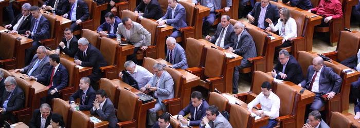 Deputatii au votat reducerea CAS cu 5 procente si amnistierea fiscala a pensionarilor, mamelor si bugetarilor