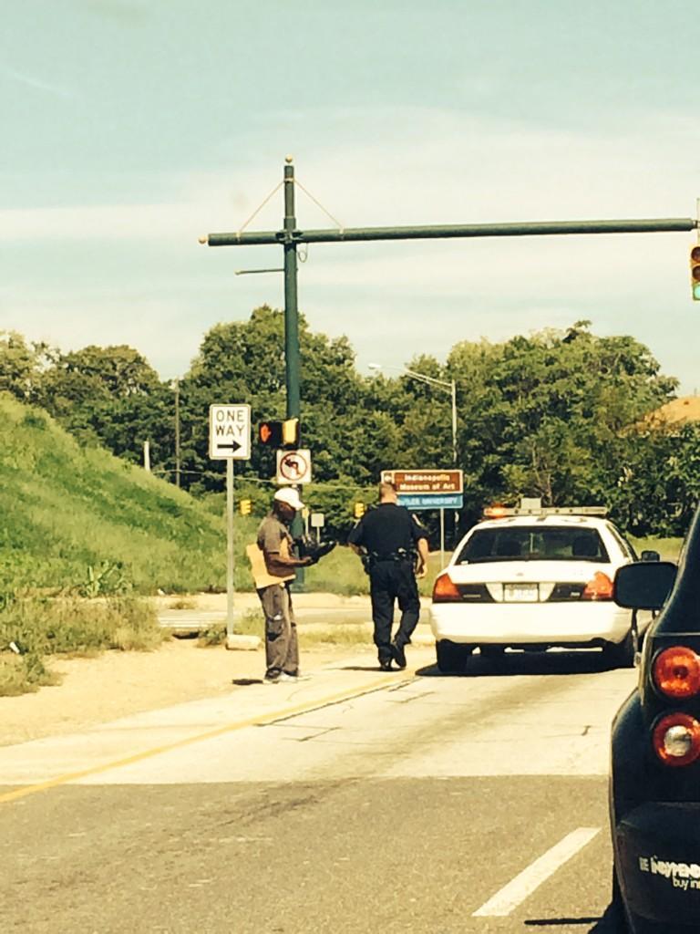 Un politist american a fost filmat in timp ce i-a daruit unui cersetor o pereche de pantofi