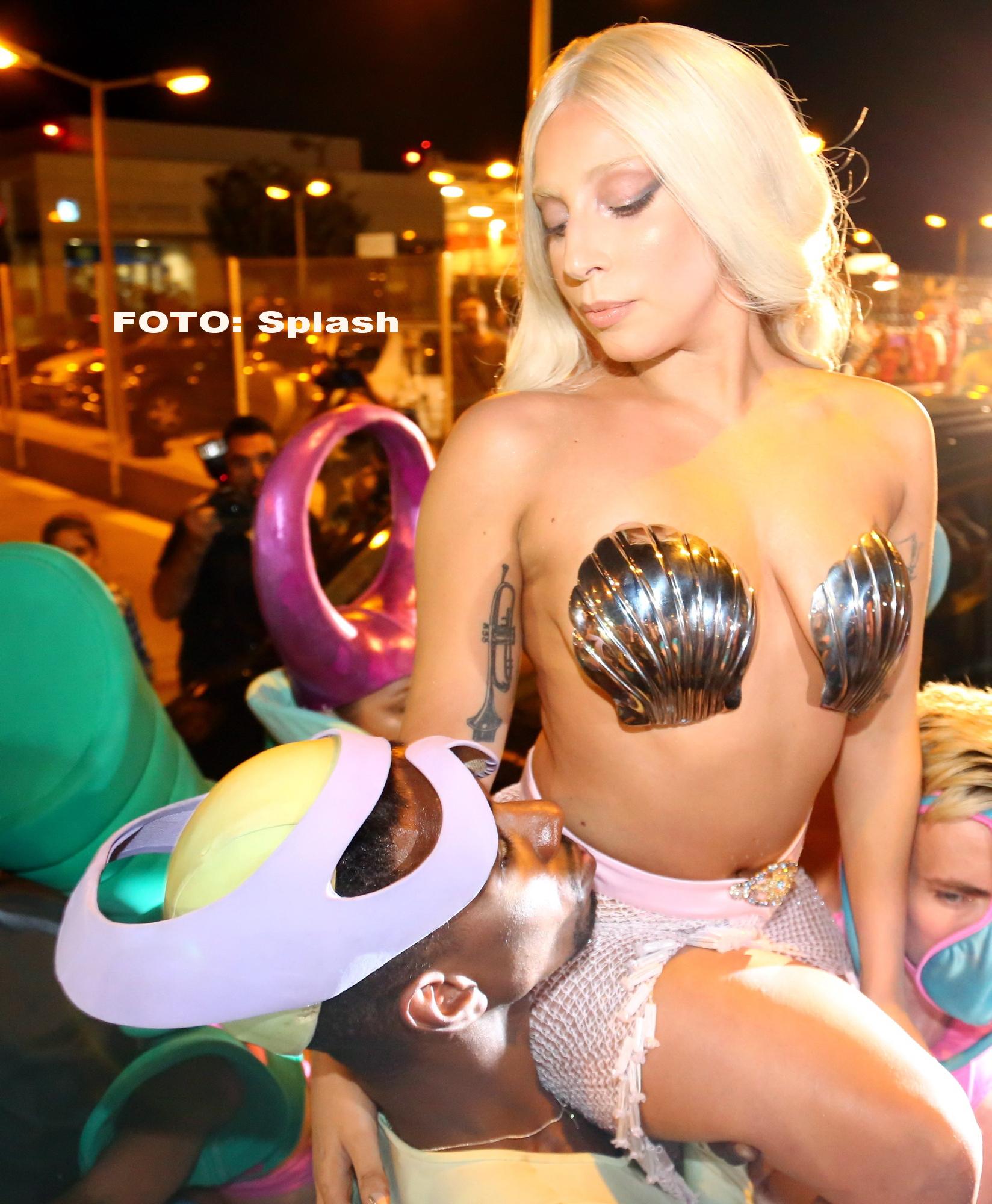 Lady Gaga a facut senzatie pe aeroportul din Atena. A aparut imbracata doar cu un slip si .. 2 scoici. GALERIE FOTO