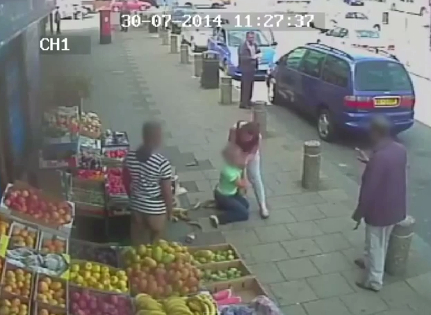 Femeie trasa de par si atacata cu salbaticie pentru ca i-a spus unei soferite ca a blocat strada. VIDEO