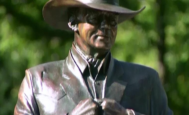Larry Hagman, comemorat in Texas printr-o statuie, care seamana izbitor ca postura cu personajul interpretat in Dallas
