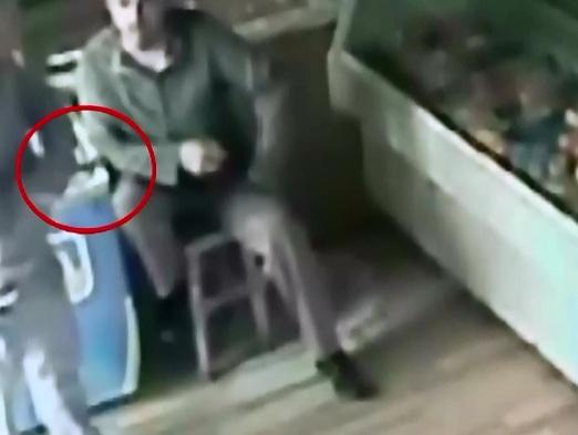 Caz aberant in Romania. Un barbat filmat in timp ce loveste de doua ori cu cutitul o alta persoana, cercetat IN LIBERTATE