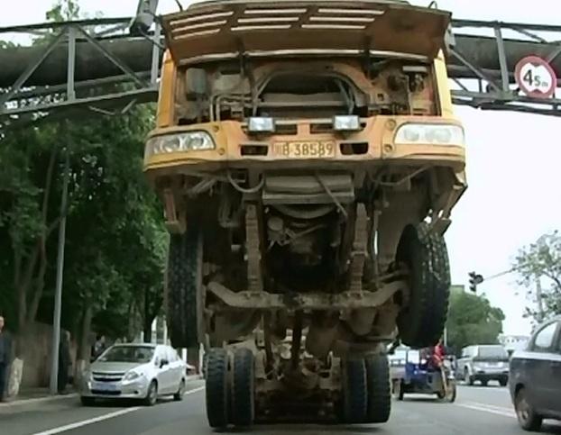 Accident bizar intr-un oras din sud-vestul Chinei. Cum a fost gasita o auto-basculanta
