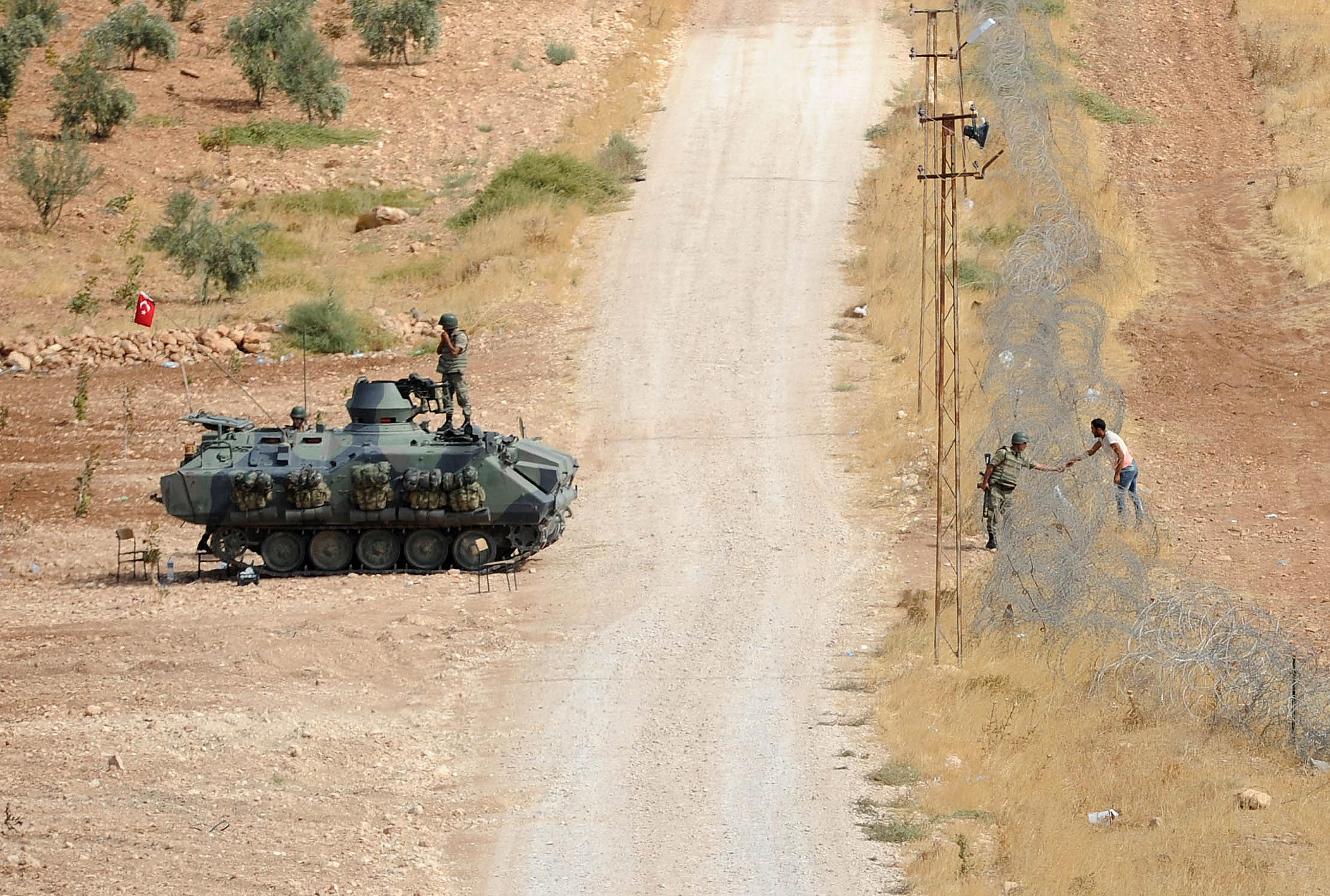 Turcii au trimis tancuri la granita pentru a opri valul de refugiati din Siria. ONU: 140.000 de kurzi au fugit in 6 zile