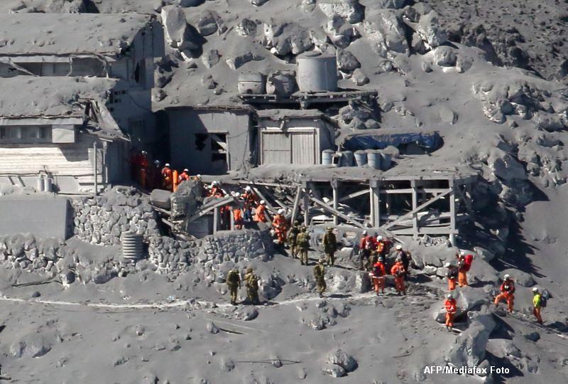 Bilantul eruptiei vulcanice din Japonia a ajuns la 48 de morti. Autoritatile au mai gasit inca cinci trupuri neinsufletite