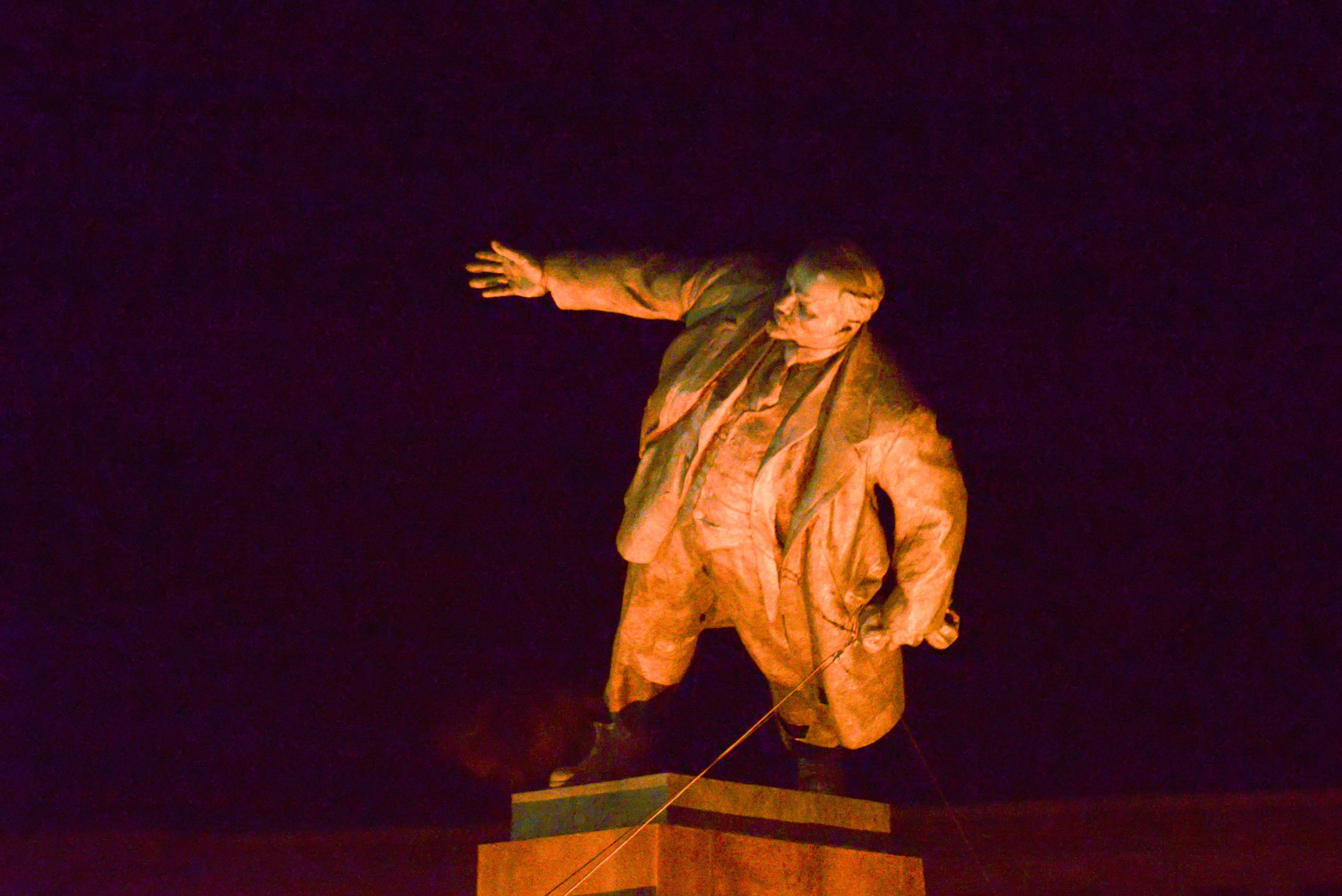 Cea mai mare statuie a lui Lenin din Ucraina, demontata si distrusa cu ciocanul de nationalistii ucraineni. VIDEO