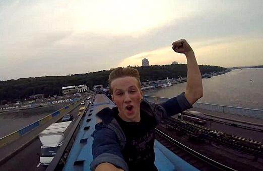 Imagini virale. Un tanar din Ucraina s-a filmat in timp ce alerga pe acoperisul unui tren in miscare. VIDEO