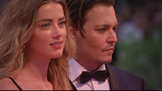 Festivalul de Film de la Venetia. Johnny Depp, pe covorul rosu, la bratul sotiei. Aparitia lui a creat isterie printre fane