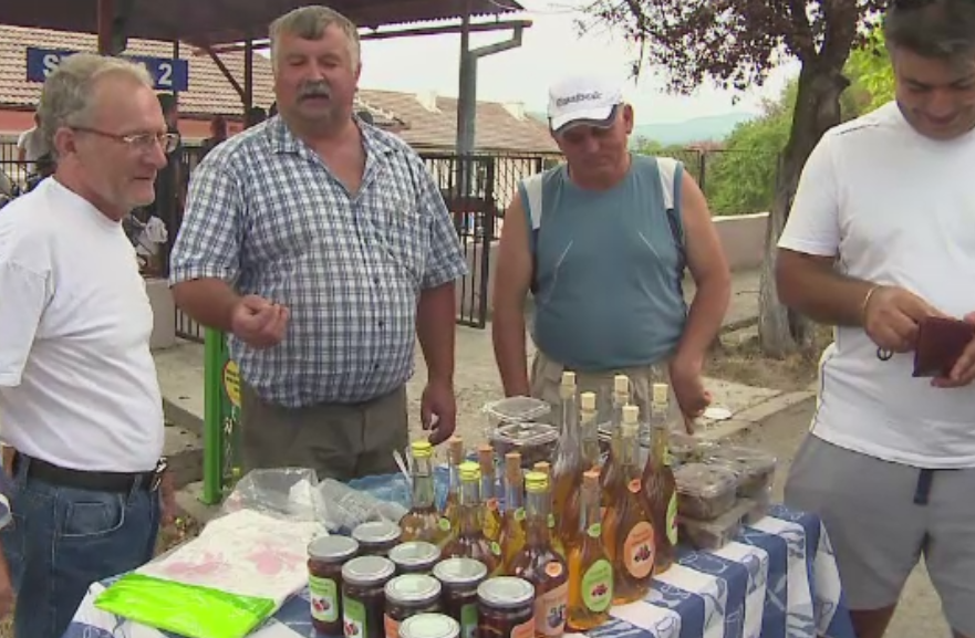 Petrecere in singura comuna din tara cu plantatii de smochini. Turistii au fost rasfatati cu dulceata si tuica
