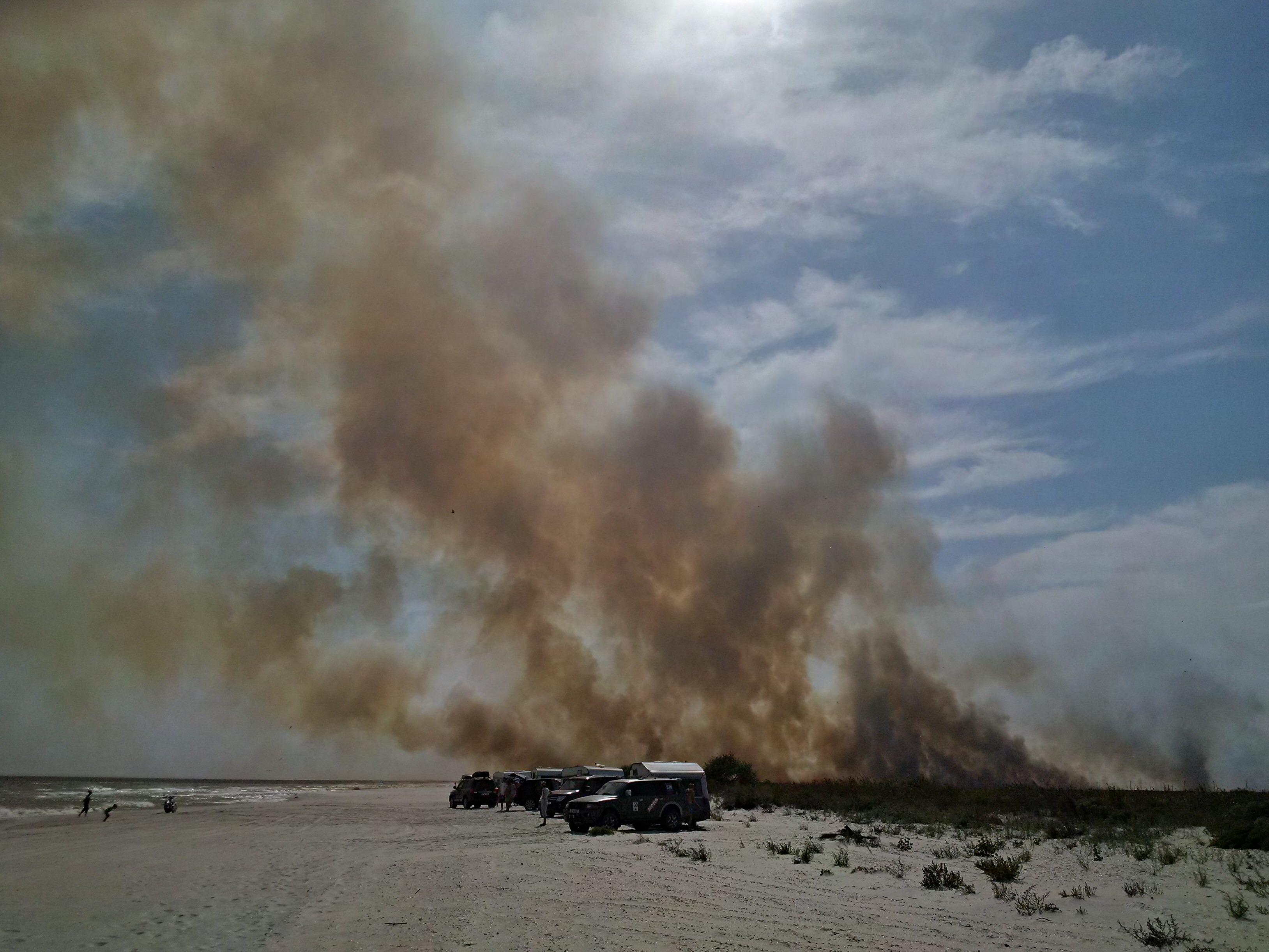 Incendiu violent langa plaja de la Vadu. Zeci de hectare de vegetatie si o pescarie au fost mistuite de flacari