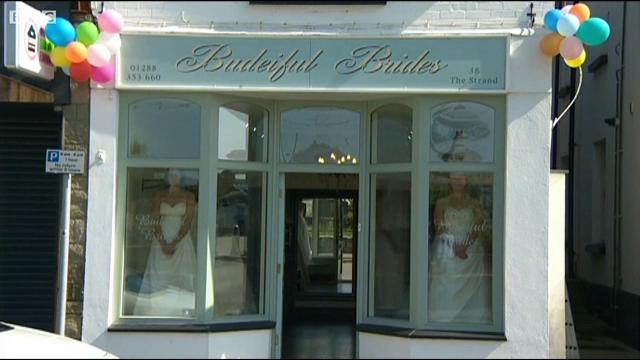 Doua tinere au stat 58 de ore in vitrina unui magazin cu rochii de mirese. Premiul pentru care au acceptat aceasta provocare
