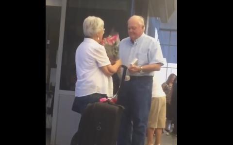 Tot internetul e impresionat de acest batran care isi asteapta sotia cu flori si bomboane la aeroport. Cum au fost filmati