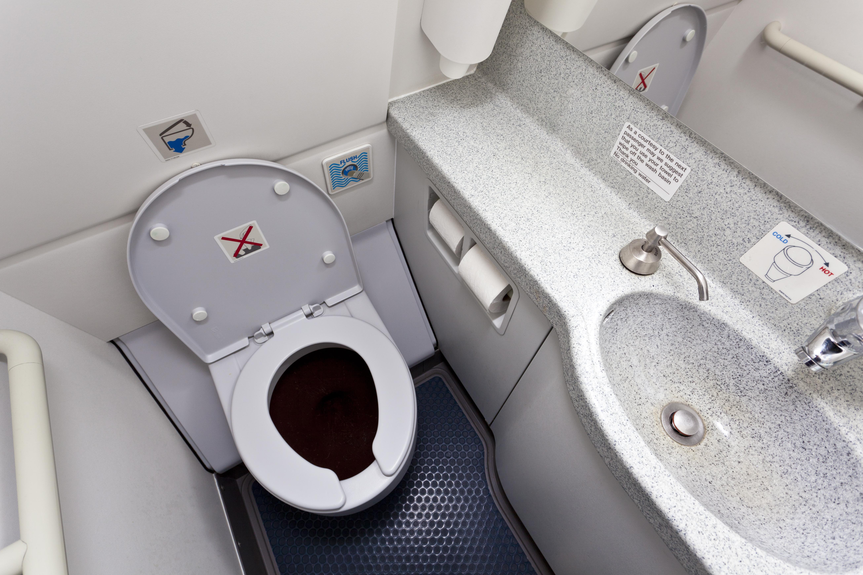 Doi tineri, prinsi in timp ce faceau sex in toaleta unui avion. Ce a facut o stewardesa la aterizare