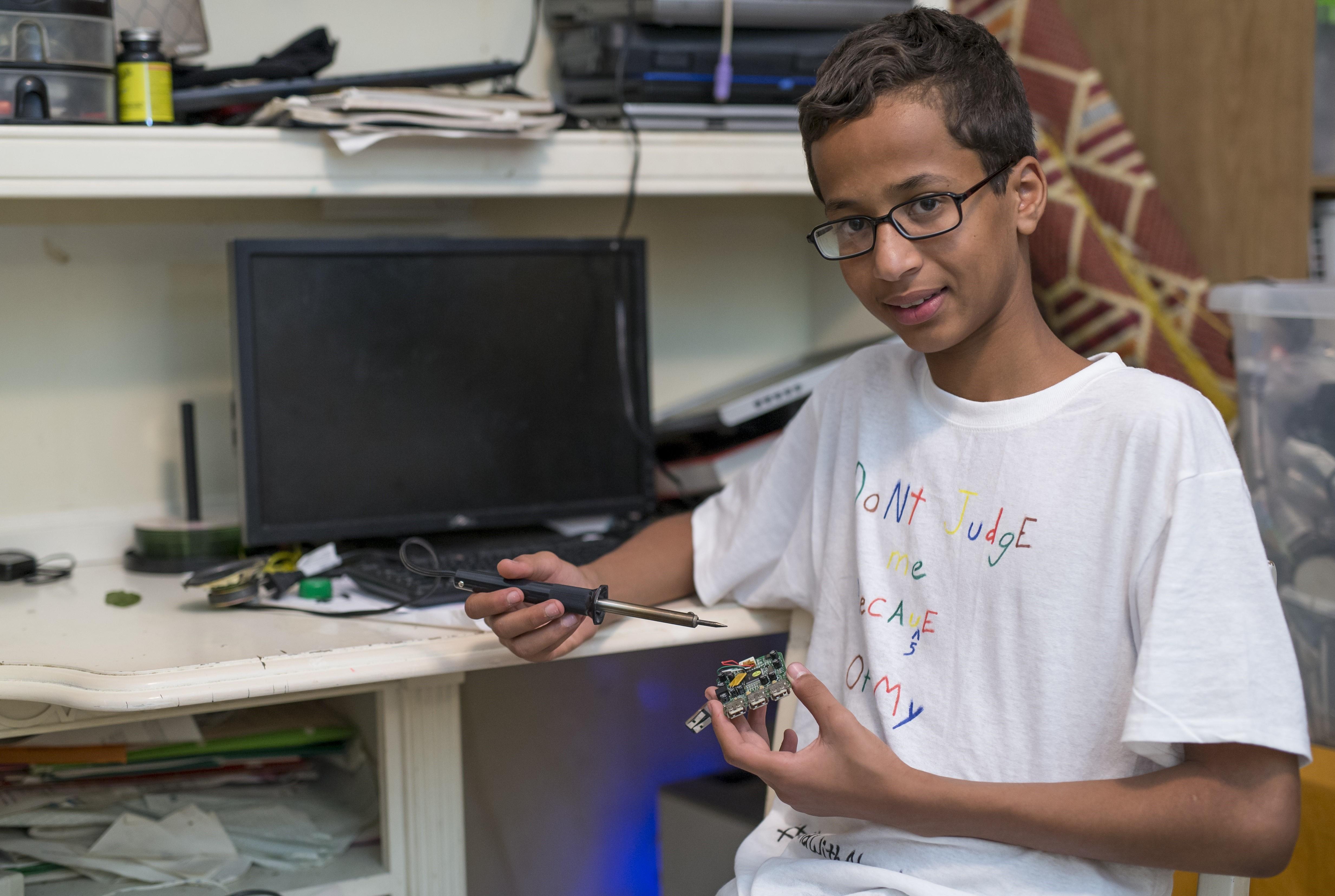 Decizia luata de familia lui Ahmed Mohamed, pustiul genial confundat cu un terorist dupa ce a adus un ceas la scoala