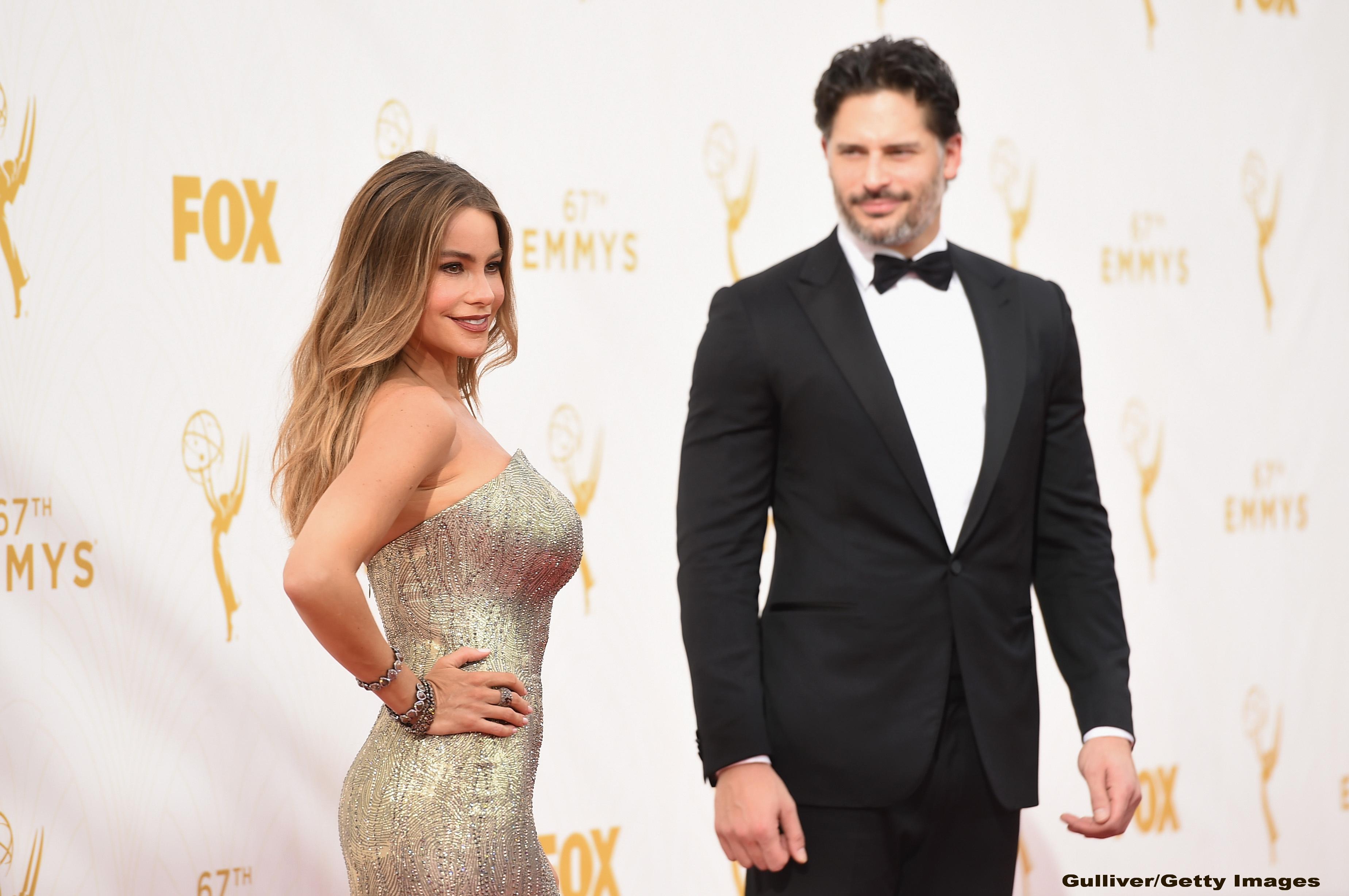 Premiile Emmy 2015. Sofia Vergara a purtat o rochie aurie spectaculoasa, care i-a pus in valoare corpul