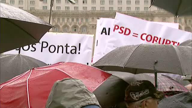 Catalin Predoiu, intrebat de ce i-a tinut altcineva umbrela, la miting: