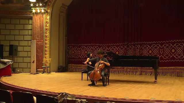 Doi violoncelisti asiatici, rivali la Concursul International