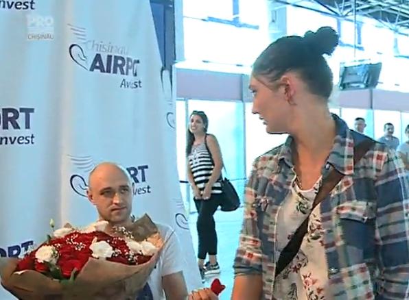Cerere in casatorie pe aeroportul din Chisinau. Ce raspuns a dat fata care a luat-o la fuga la vederea inelului. VIDEO
