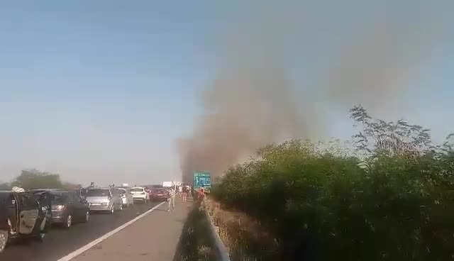 Incendiu de vegetatie in apropiere de autostrada Bucuresti - Pitesti. Circulatia a fost blocata