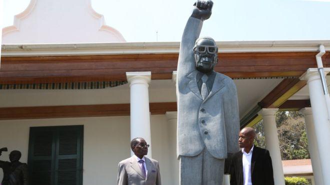 Opera de arta sau bataie de joc? De ce rade internetul de statuia presedintelui din Zimbabwe, Robert Mugabe