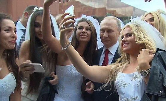 Vladimir Putin a facut selfie cu mai multe mirese, in Piata Rosie din Moscova. Ce le-a spus presedintele. VIDEO