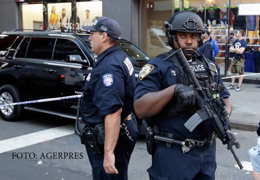 Urmarire in centrul Manhattan-ului. Un barbat care locuia intr-o masina i-a atacat pe politisti cu un satar