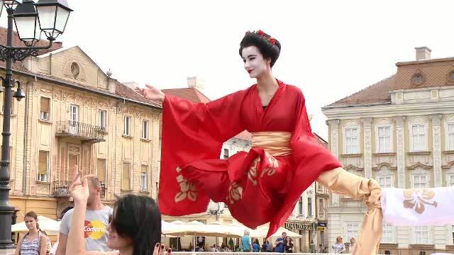 Centrul Istoric al Timisoarei, animat de statui care leviteaza, mimi si tablouri inedite. Imagini de la CheckArt