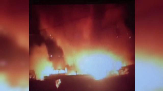 Un microbuz a ars si zeci de tarabe s-au facut scrum, in urma unui incendiu puternic in Onesti. Piata nu avea autorizatie ISU