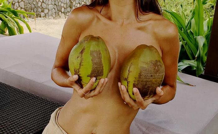 Vedeta care s-a fotografiat goala pe plaja, cu doua nuci de cocos la piept. Ce a scris langa imagine