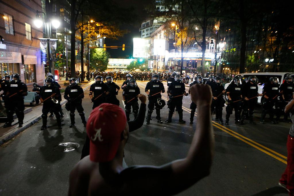 Stare de urgenta in Carolina de Nord: Garda Nationala, activata dupa a doua noapte de proteste. Un civil a fost impuscat