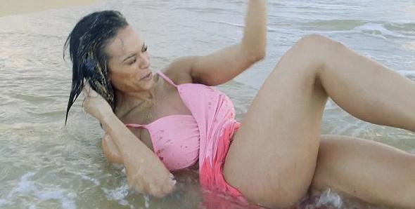 Poza provocator pe plaja, cand sedinta foto a fost intrerupta in mod neasteptat. Ce a patit modelul. VIDEO