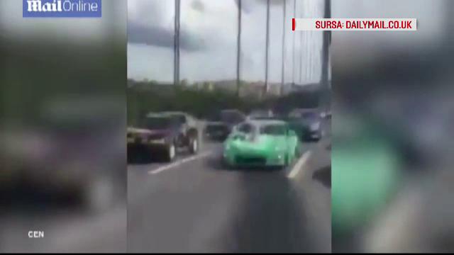 Un convoi cu masini de lux de la o nunta din Turcia blocheaza o autostrada aglomerata. Ce fac in fata mirilor cativa invitati
