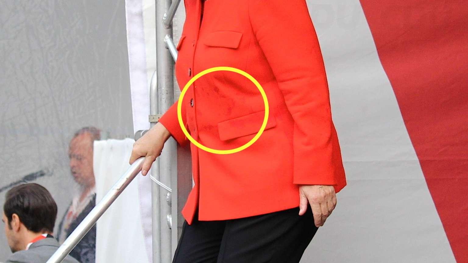 Angela Merkel, atacată cu roşii în timpul unui miting electoral. VIDEO